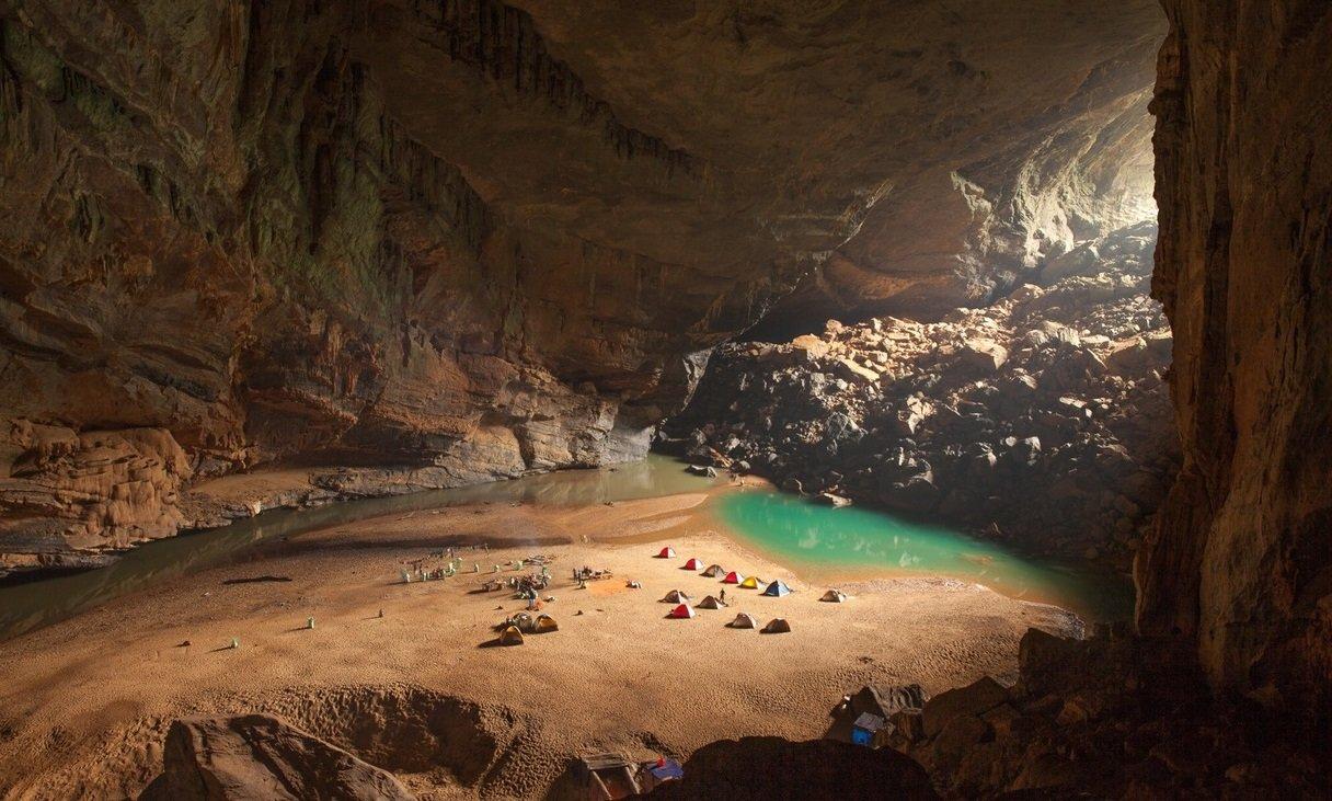 Camp inside Hang En Cave